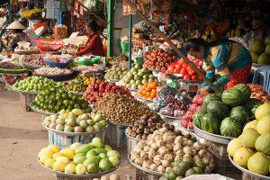 Overal in Vietnam heb je markten waar het eten uitbundig, exotisch, overvloedig aanwezig en spotgoedkoop is